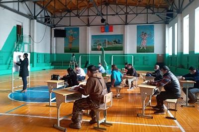 Монгол бичгийн хичээлд албан хаагчид хамрагдсан.